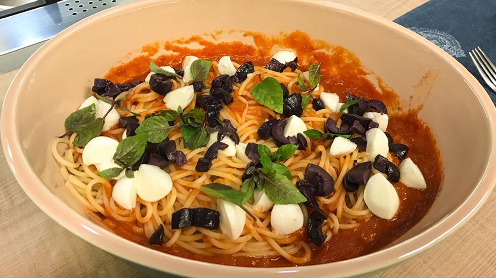massa com molho de tomate e azeitonas